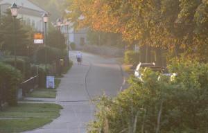 Rambins Dorfmitte in der Morgenstimmung.