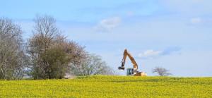 Gebaut wird die B96n vorwiegend auf bisherigen Ackerflächen. Für den Naturschutz wird einiges getan, dennoch sind die Argumente des Naturschutzbundes Nabu und anderer Umweltorganisationen nicht von der Hand zu weisen: Zu viel versiegelte Fläche, zu viele gefällte Bäume, zu viel Geld für wenige Monate der Hauptsaison.