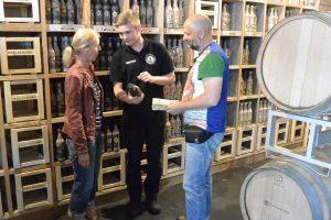 Auf dem Weg nach Binz in den Urlaub machen Sybille und Jörg Kramer aus Ribnitz Station in der Insel-Brauerei und lassen sich vom Mitarbeiter Christian Kramer Biersorten und Geschmacksnoten erklären. Das Ehepaar hatte zu Hause in der Zeitung von der Brauerei gelesen.
