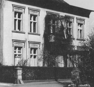 Doktorhaus mit der ursprünglichen Fassade. 1975 ist die Erneuerung überfällig. Die Fassade wird mit grobem Zementputz überzogen.