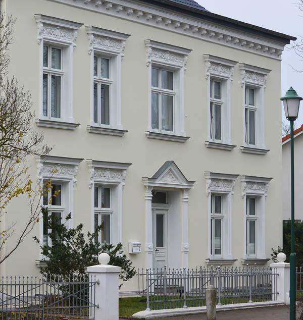 So sieht das Doktorhaus heute aus. In den Jahren 1992/93 wird das Haus von den Eheleuten Renate und Gerhard Paschirbe aufwendig saniert. Nach alten Fotos wird die Stuckfassade wiederhergestellt.